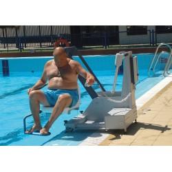 Elevador Acuático Bateria fijo METALU para acceso a piscina discapacitados